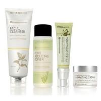 Комплект с увлажняющим кремом, 4 продукта - Essential Skin Care System With Hydrating Cream